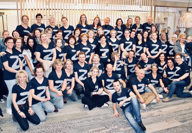 de-zorgspecialist-teamfoto-met-z-tshirt